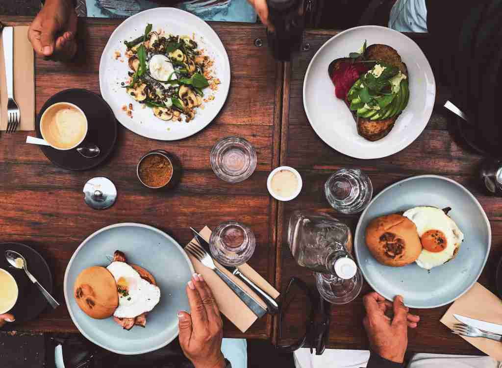 When dining out, be sure to use a card with a bonus for restaurant purchases. Photo by Matheus Frade on Unsplash.