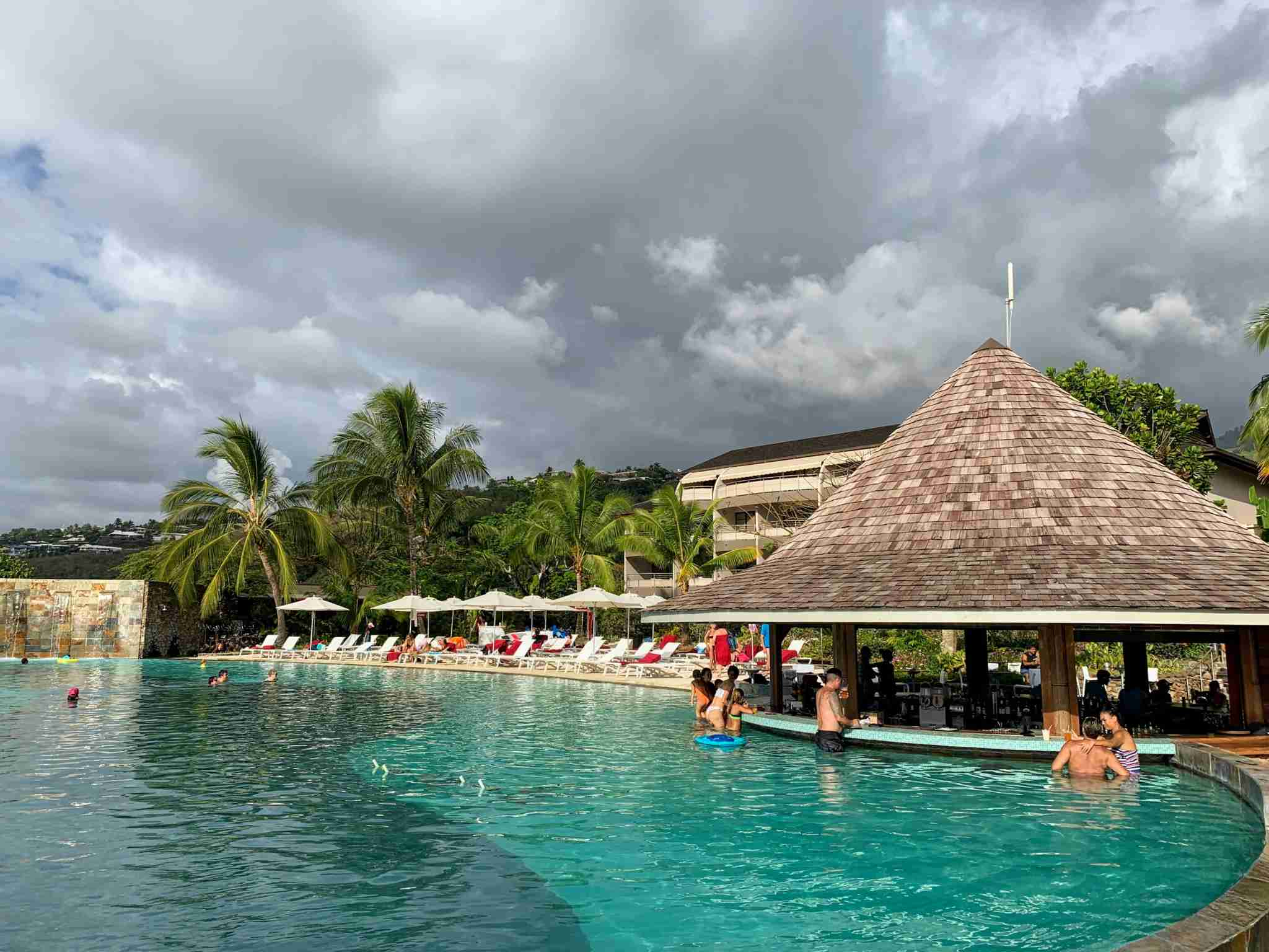 Manava Suites Resort Tahiti - swim-up bar