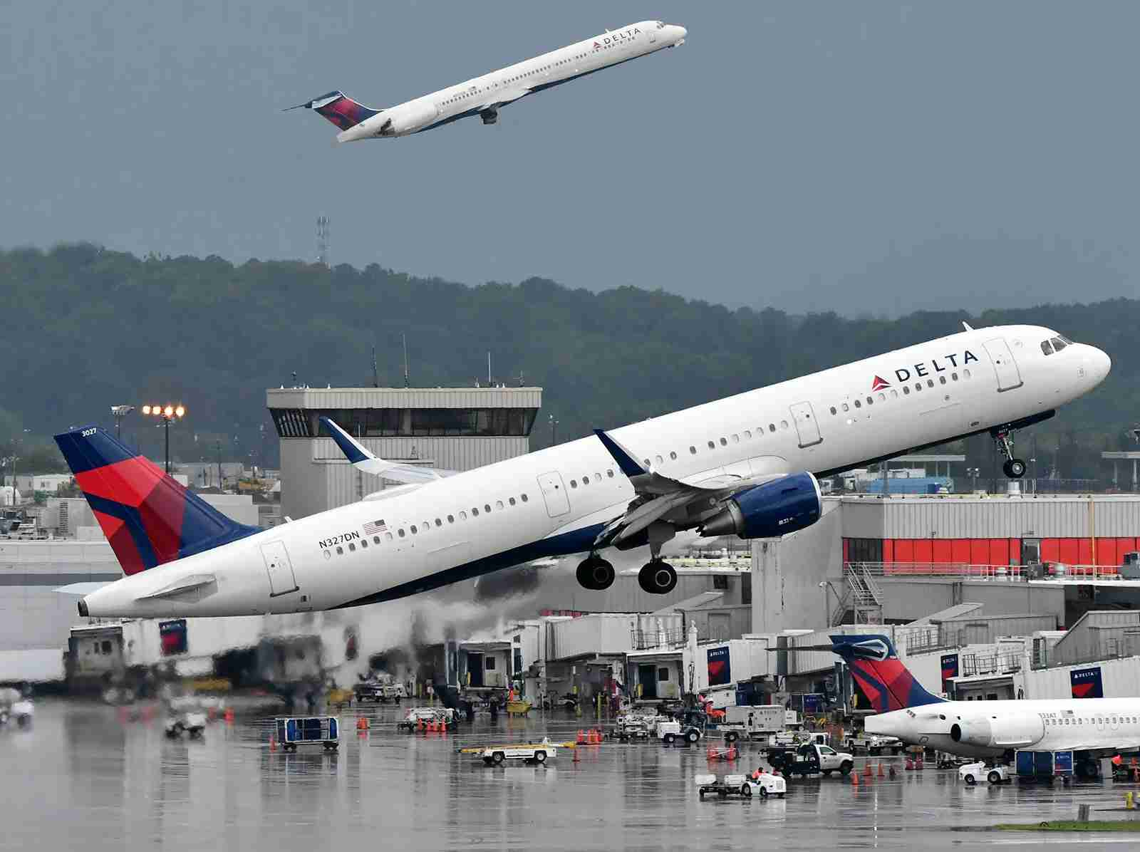 A Delta A321 (foreground) and MD-88 taking off from Atlanta airport (Photo by Alberto Riva/TPG)