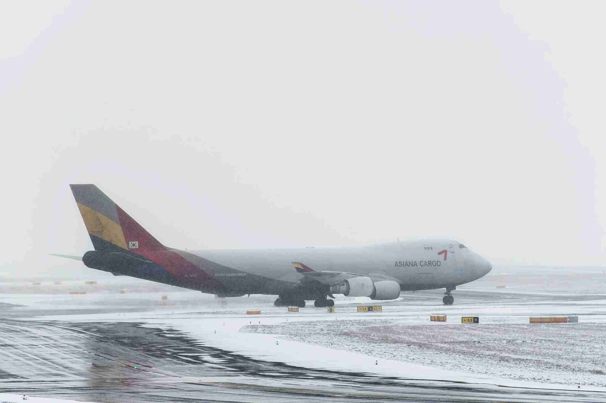 31 January 2019, Hessen, Frankfurt/Main: After de-icing, a Boeing 747 from Asiana Cargo rolls to the runway at Frankfurt Airport. Light snowfall impairs visibility. Photo: Silas Stein/dpa (Photo by Silas Stein/picture alliance via Getty Images)