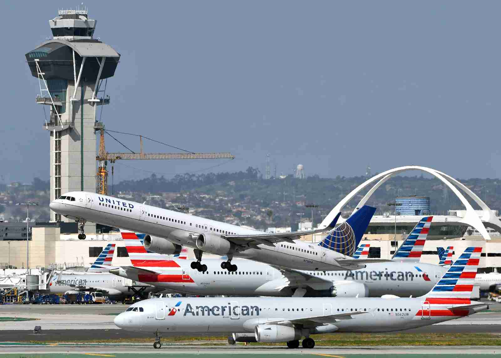 A United 757 takes off over an American A321 at LAX (Photo by Alberto Riva/TPG)