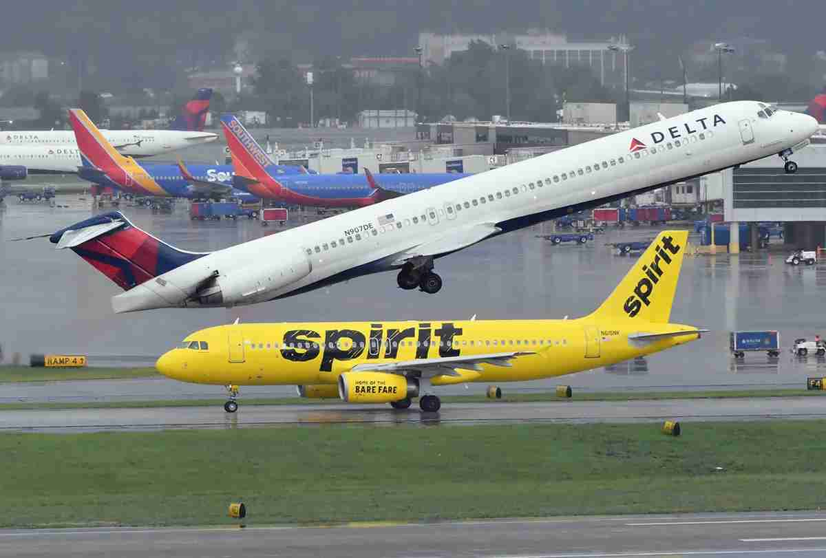 A Delta MD-88 taking off at Atlanta airport with Spirit Airlines and Southwest Airlines jets in the background, June 2018 (Photo by Alberto Riva/TPG)