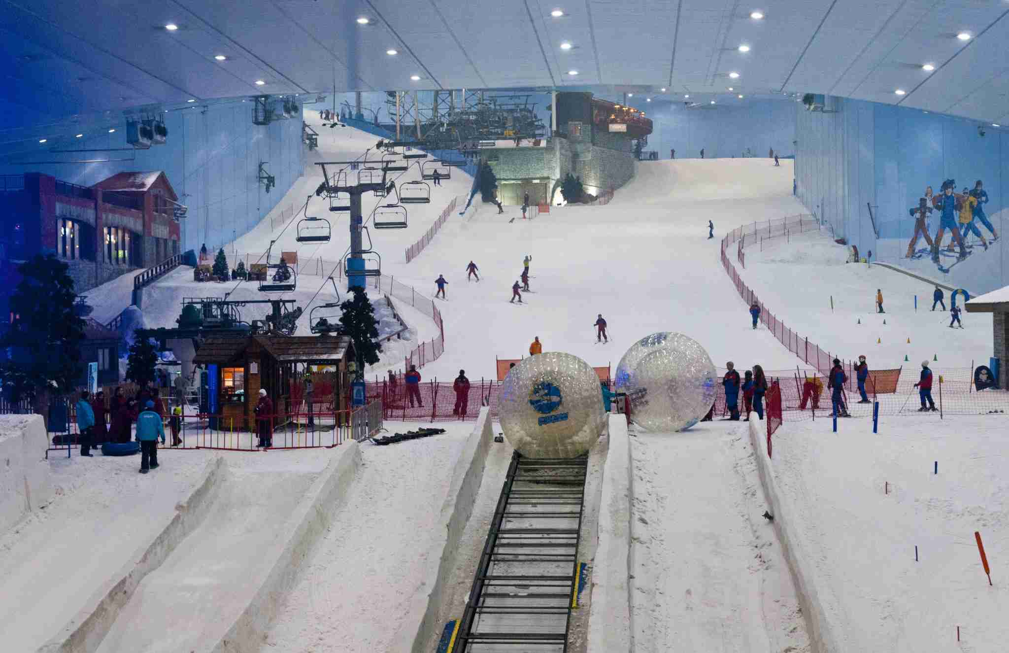 Only indoor ski slope resort in the world at the Mall of the Emirates in Dubai in the UAE in thriving U.A.E. United Arab Emirates. (Photo by: Education Images/UIG via Getty Images)