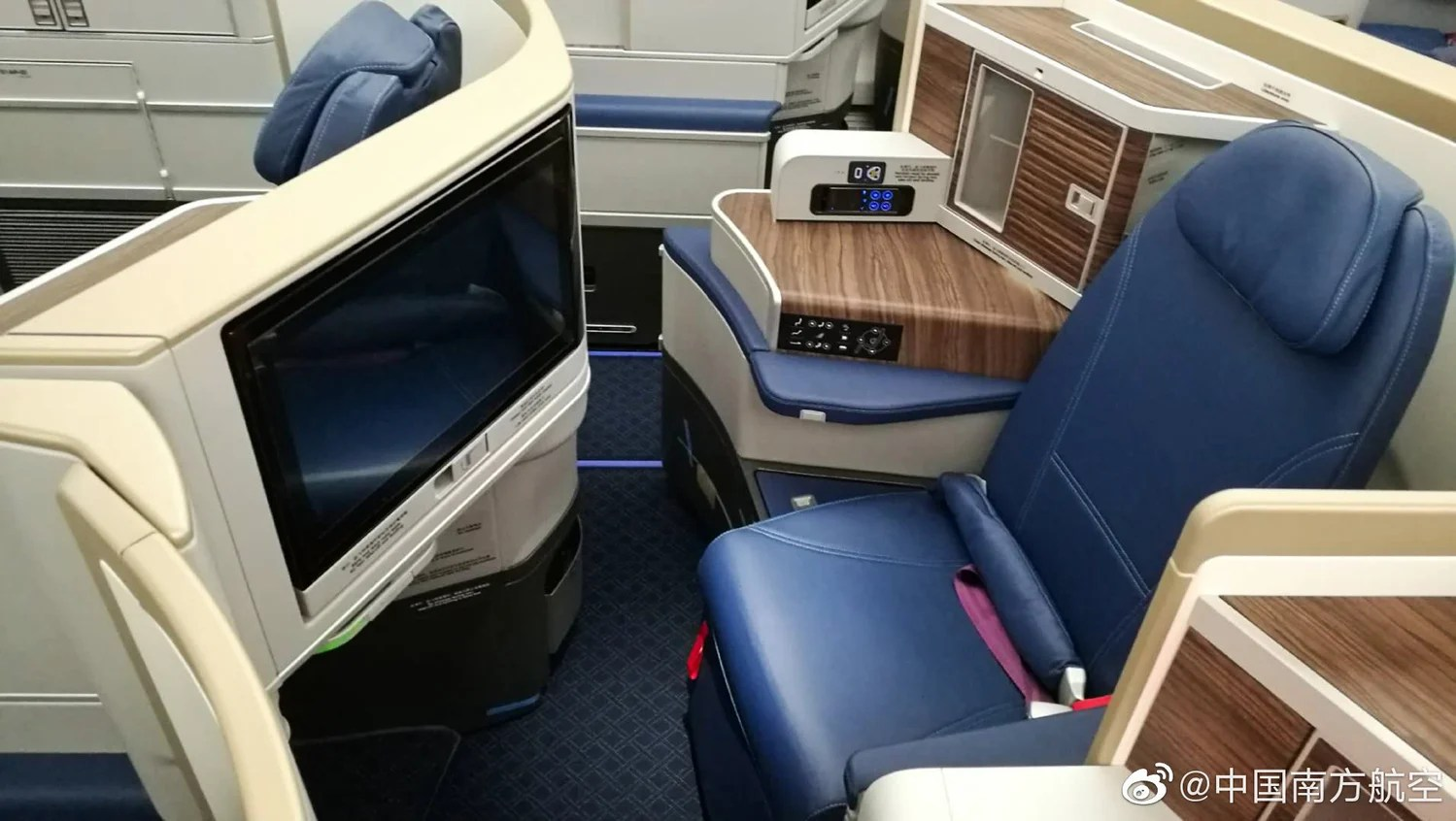 China Southern's new Airbus A350 product is quite competitive but still falls short compared to China Eastern's A350 business class seat. (Image via Chine Eastern on Weibo)