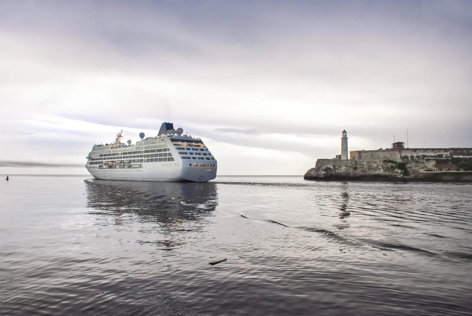 Cruise ship havana leaving