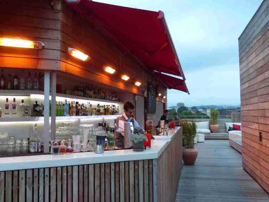 The rooftop bar at First Hotel Grims Grenka in Oslo is a favorite hangout in fine weather (Sabine Zoller).