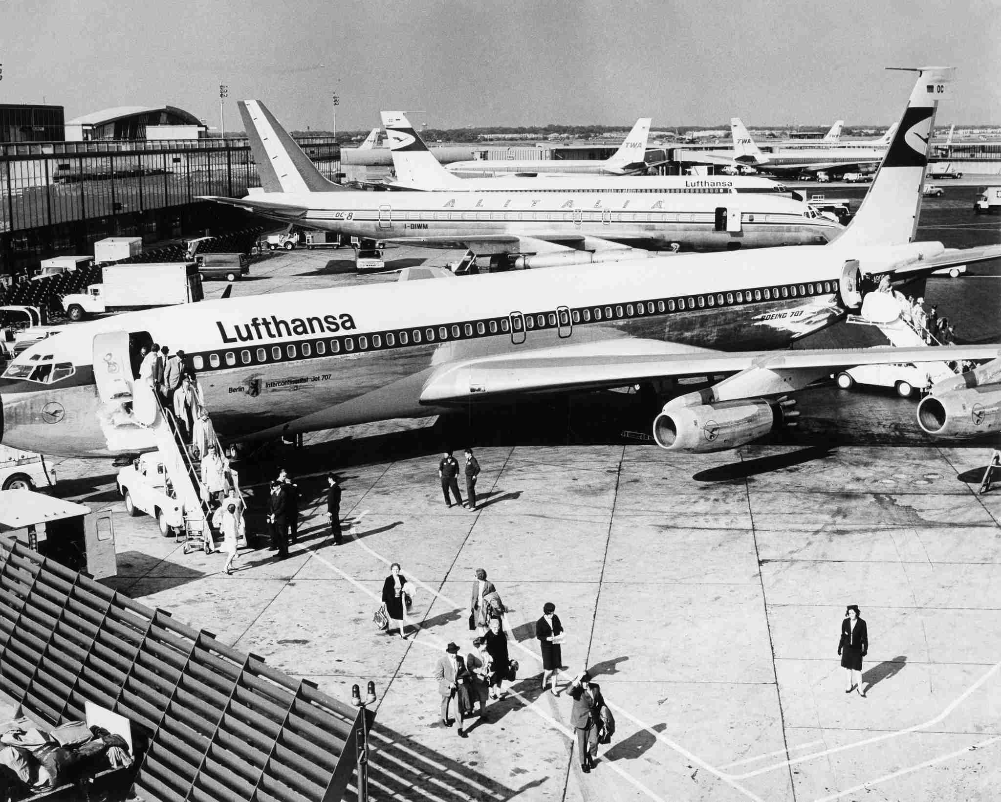 (GERMANY OUT) John F. Kennedy International Airport, JFK, (Idlewild Airport); Lufthansa airplane Boeing 707, - 1969 (Photo by Lehnartz/ullstein bild via Getty Images)