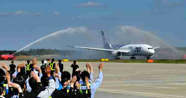 All Nippon Airways (ANA) ground crew wave goodbye to the company's first commercial flight of a Boeing 787 Dreamliner on its departure for Hong Kong on October 26, 2011 at Narita Airport in Chiba prefecture, suburban Tokyo. Boeing's new 787 Dreamliner was to make its first commercial flight, giving a handful of deep-pocketed passengers the chance to fly into history on what is touted as an aviation breakthrough. AFP PHOTO / KAZUHIRO NOGI (Photo credit should read KAZUHIRO NOGI/AFP via Getty Images)
