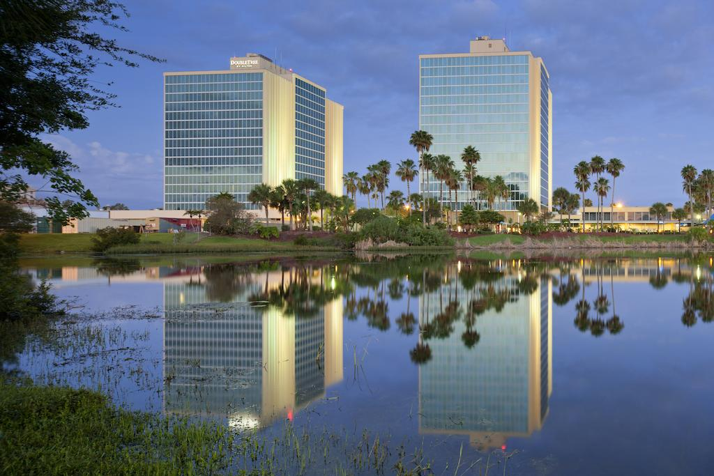 The DoubleTree by Hilton Hotel at the Entrance to Universal Orlando is super close to the theme parks. (Photo courtesy of Booking.com)