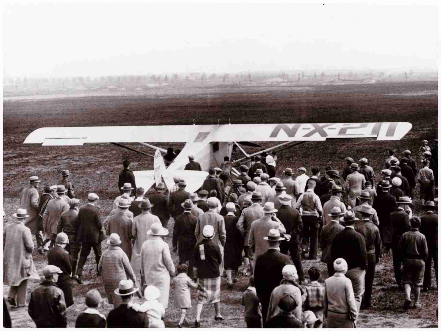 Charles Lindbergh departing Roosevelt Field, where 1,000 people gathered to watch. Image via Smithsonian.