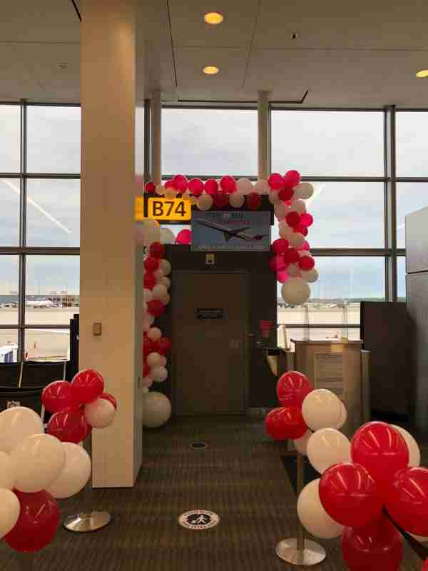 Decorations for Delta's final MD-88 flight at Washington Dulles. (Image by Edward Russell/TPG)