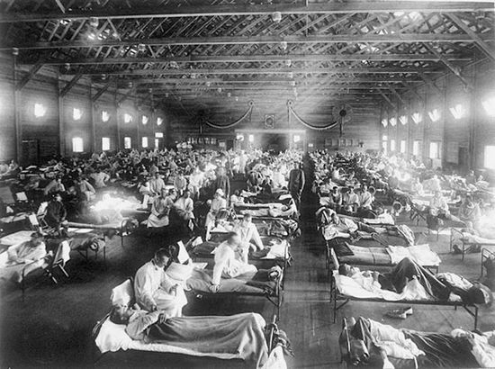 Soldiers are treated for Spanish flu at a hospital in Camp Funston, Kansas in 1918.