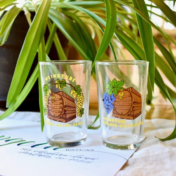 The motifs on the glass vary slightly. You will receive one of these two patterns.