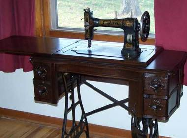When I was young, I'd watch in fascination as my mother used her treadle sewing machine (a late 1800's Singer that belonged to my great-grandmother) to fashion all sorts of clothing, blankets, couch covers and schoolbags. I'd sit on the floor and watch as her feet deftly pedaled fast on the straightaway and then slowed as she rounded a curve or reached an end.