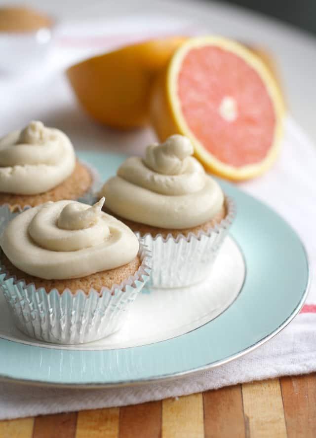 Delicious and light vegan orange cupcakes with creamy icing. Recipe on theprettybee.com