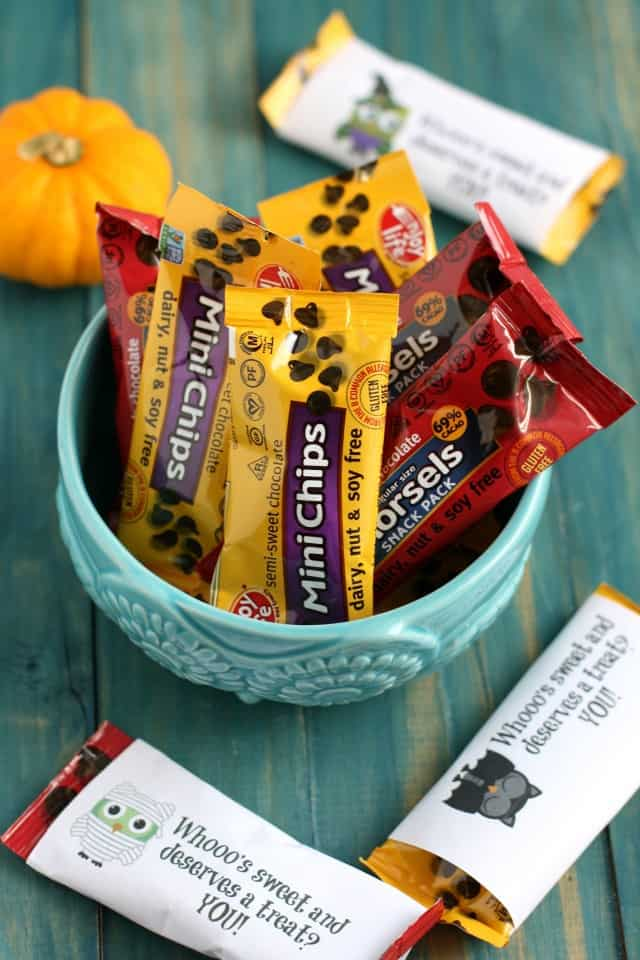 A fun owl printable to wrap around your Halloween treats. #snackfreely #ad