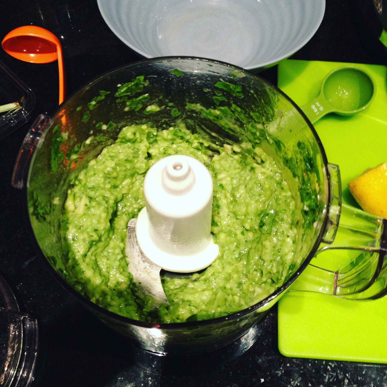 No se esfuerce más por lamer el tazón mientras prepara la salsa de aguacate para esta receta de pasta de aguacate fenomenal con bajo contenido de yodo.