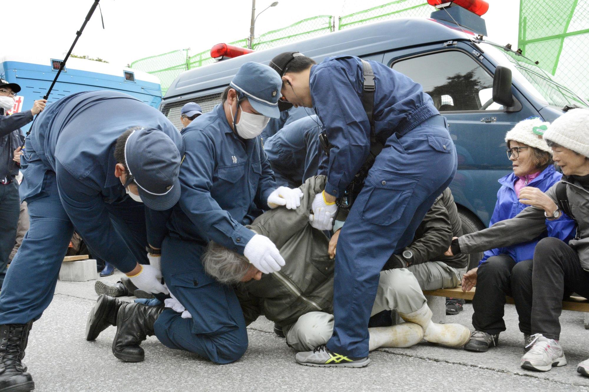 henoko protestor.jpg