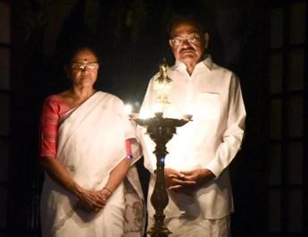 उपराष्ट्रपति एम. वेंकैया नायडू ने अपनी पत्नी ऊषाम्मा के साथ जलाए दीप