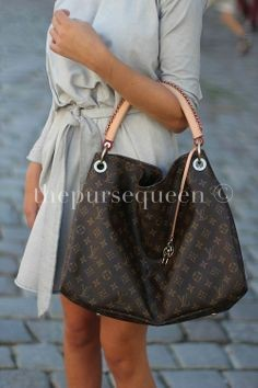 8602846ac1b6 I am not sure if you have already seen my review on the Neverfull Damier  Azur I ordered in an MM size but I had a bit of a Louis Vuitton ...