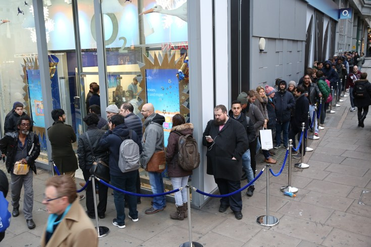 Fans queue at London OnePlus3T popup at O2 store