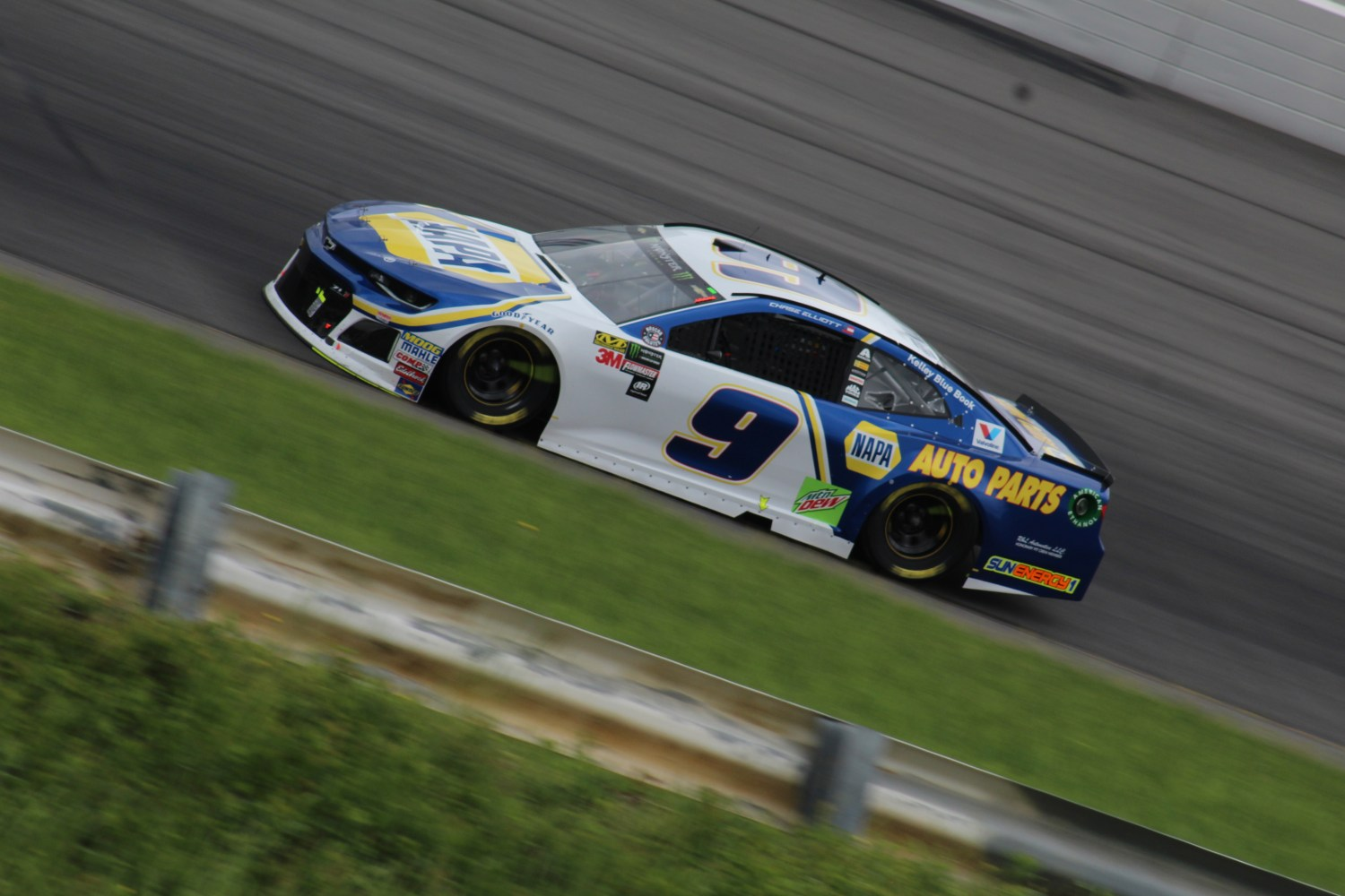 Chase Elliott races during the 2018 Pocono 400. (Tyler Head   The Racing Experts)