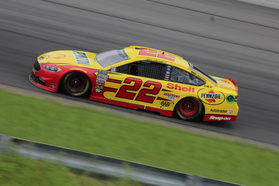 Joey Logano races during the 2018 Pocono 400. (Tyler Head | The Racing Experts)