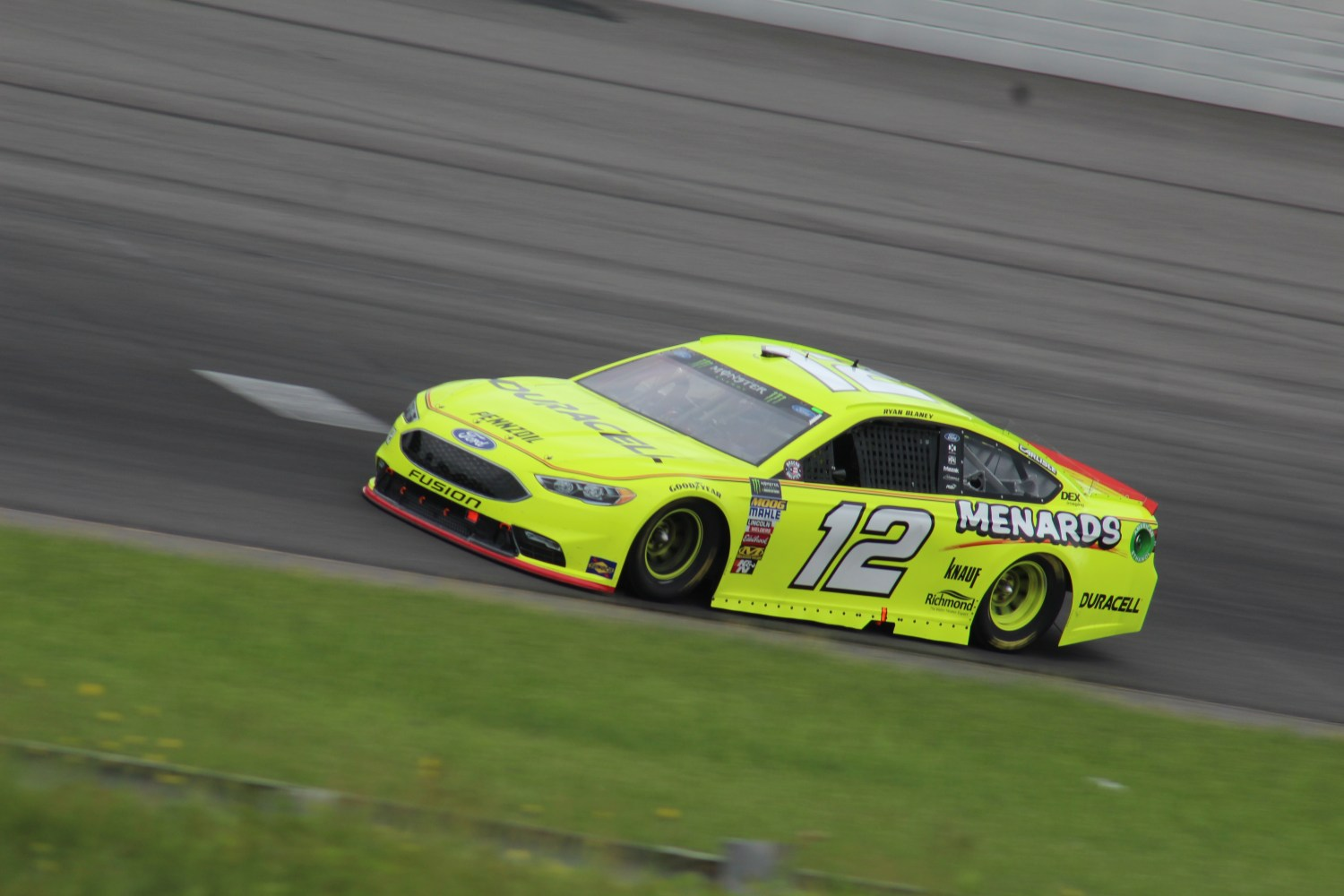 Ryan Blaney races during the 2018 Pocono 400. (Tyler Head | The Racing Experts)