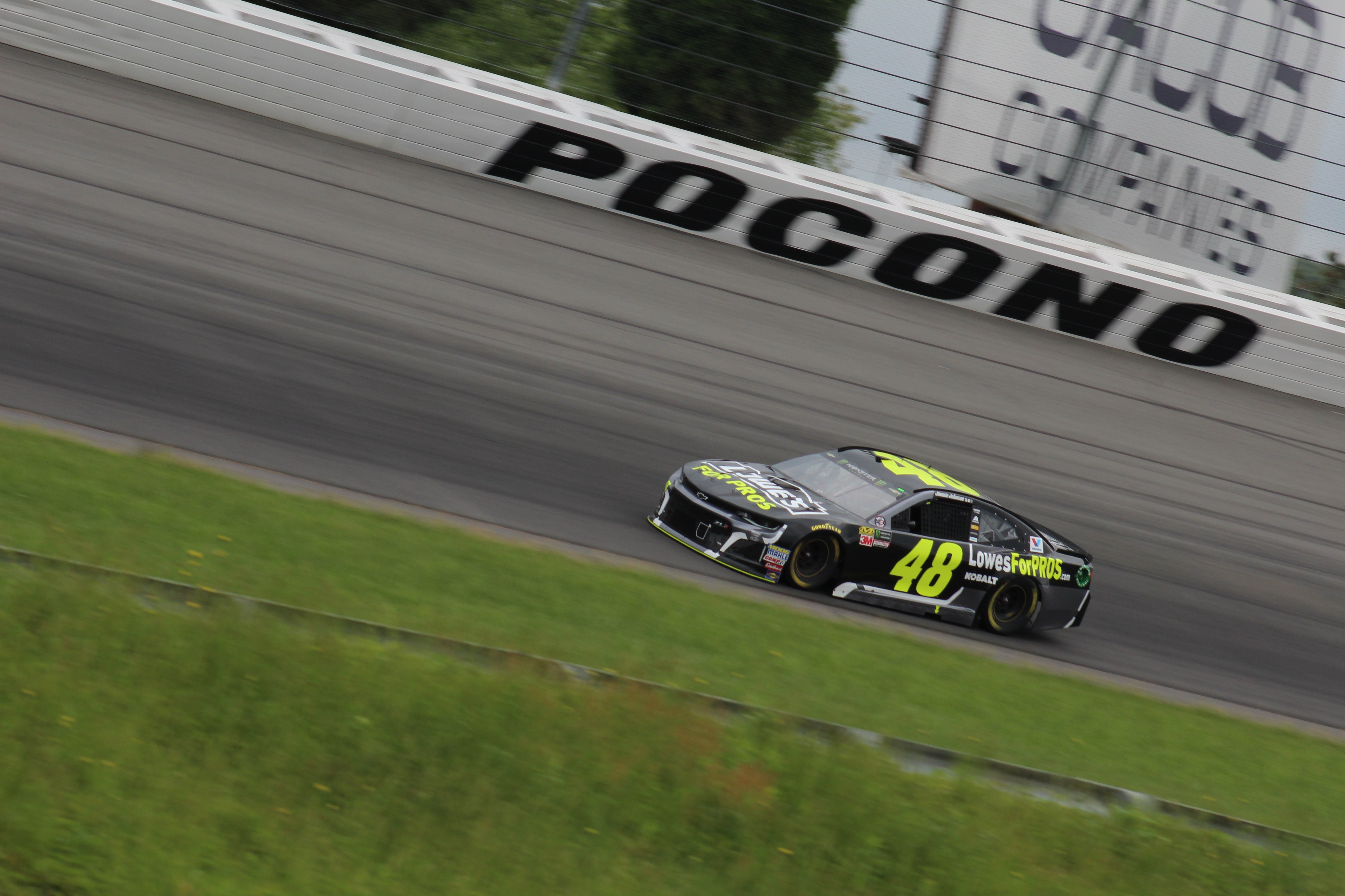 Jimmie Johnson races during the 2018 Pocono 400. (Tyler Head | The Racing Experts)