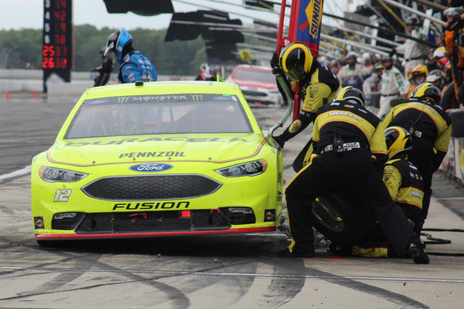 Ryan Blaney's car receives service during the 2018 Pocono 400. (Tyler Head | The Racing Experts)