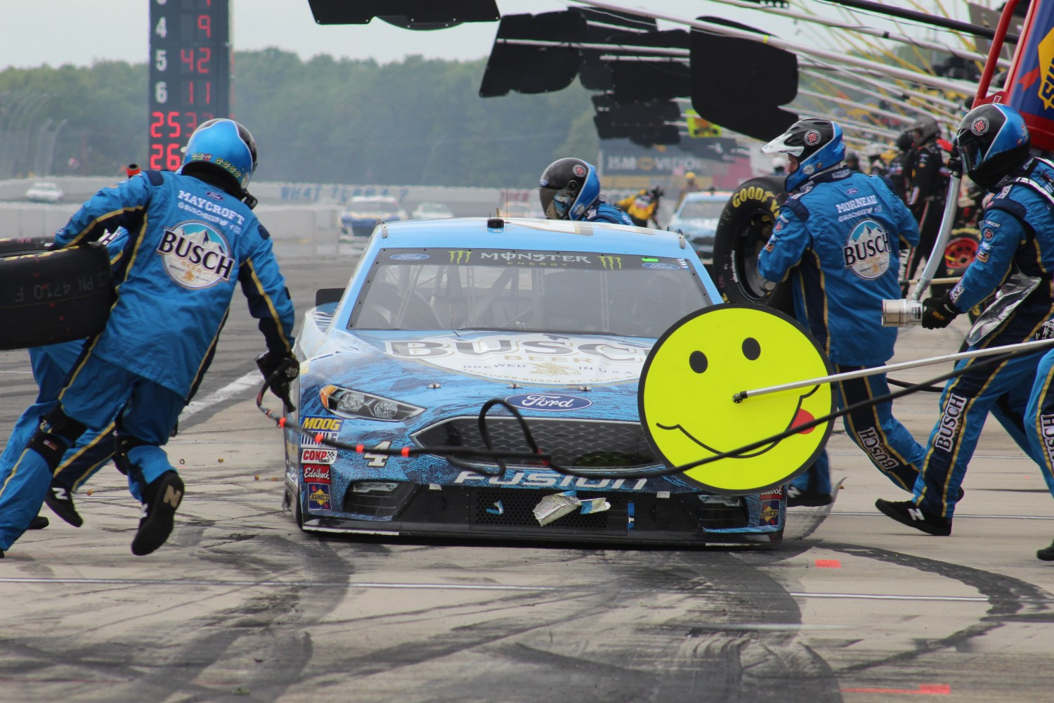 Kevin Harvick pits during the 2018 Pocono 400. (Tyler Head | The Racing Experts)