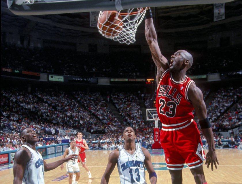 MICHAEL JORDAN - Chicago Bulls / Charlotte Hornets - NBA - 1995 - Basketball Basket Ball - Hauteur action duel dunk archive archives