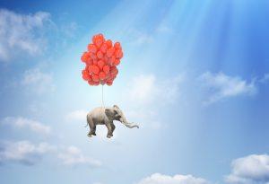 De Sorgen-Elefant in die Normalität fliegen lassen.Sorgen mit dem Elefanten fliegen lassen