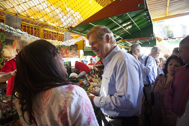 Agriculture Secretary Tom Vilsack and Alabama Congresswoman Terri Sewell tour a Havana farmers' market, November 2015. US Department of Agriculture/Flickr, CC BY