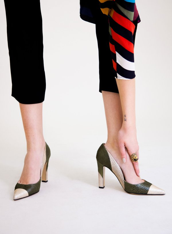 Olive and white coloured sustainable Pumps by ALINASCHUERFELD