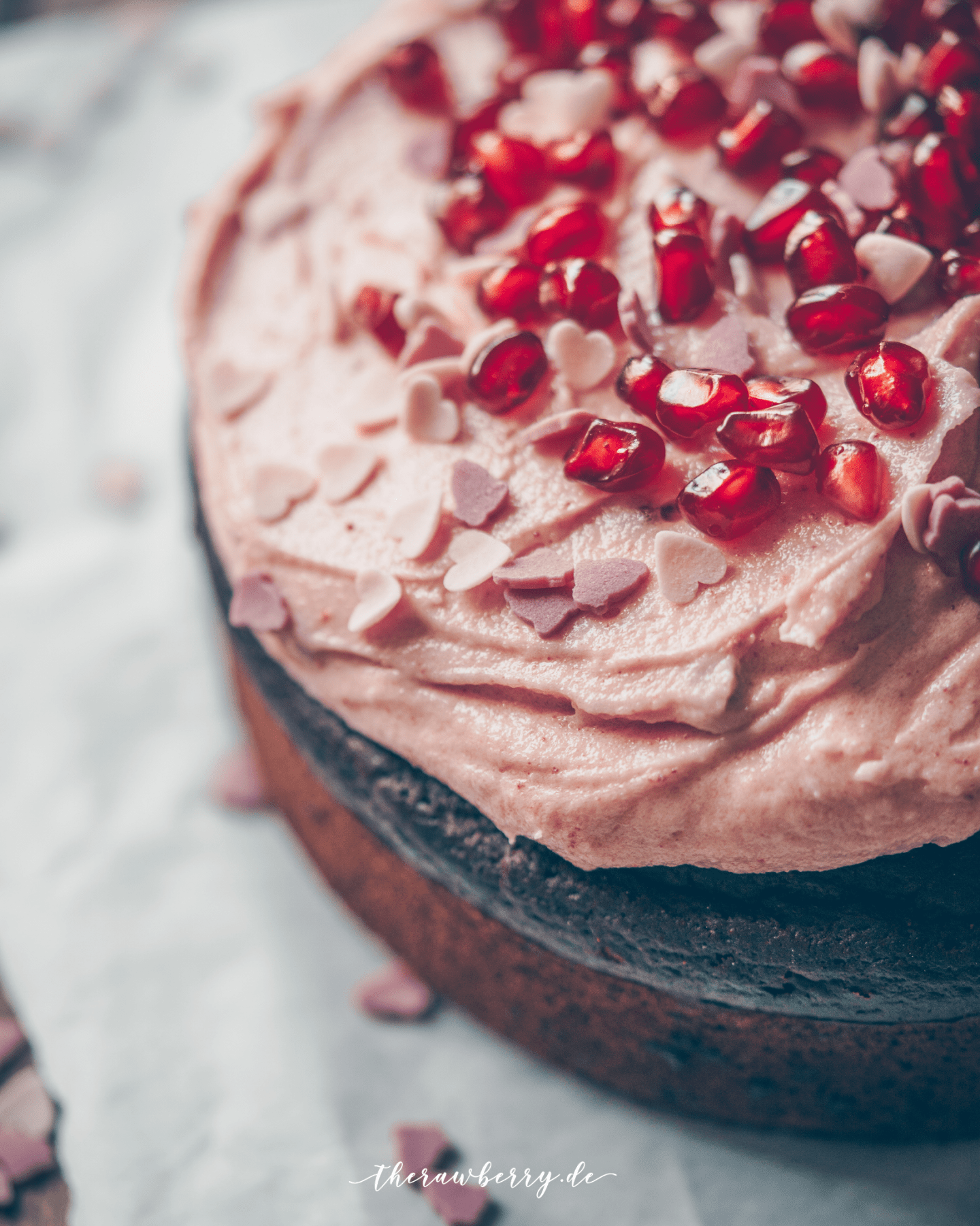 therawberry, chocolate, schokolade, gesund, healthy, lecker, delicious, einfach, simple, cake, kuchen, Valentine's Day, pomegranate, granatapfel, fluffy, luftig, vegan, kaka, cacao, cocoa, frosting, diet, no sugar, refined sugar free, Whole Foods, spelt, dinkel, dairy free, lactose frei, celebrations, fewer, birthday cake, geburtstagskuchen, torte, party