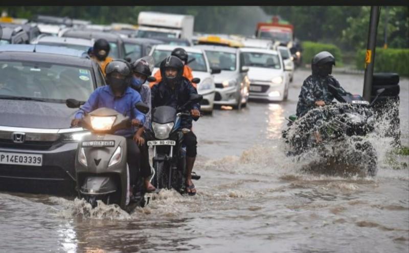 Heavy rains cause extensive waterlogging in Delhi; Traffic movement affected