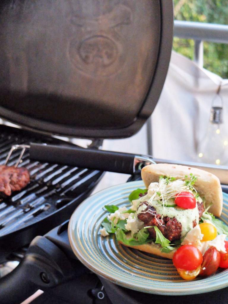 Burger Grill im Hintergrund