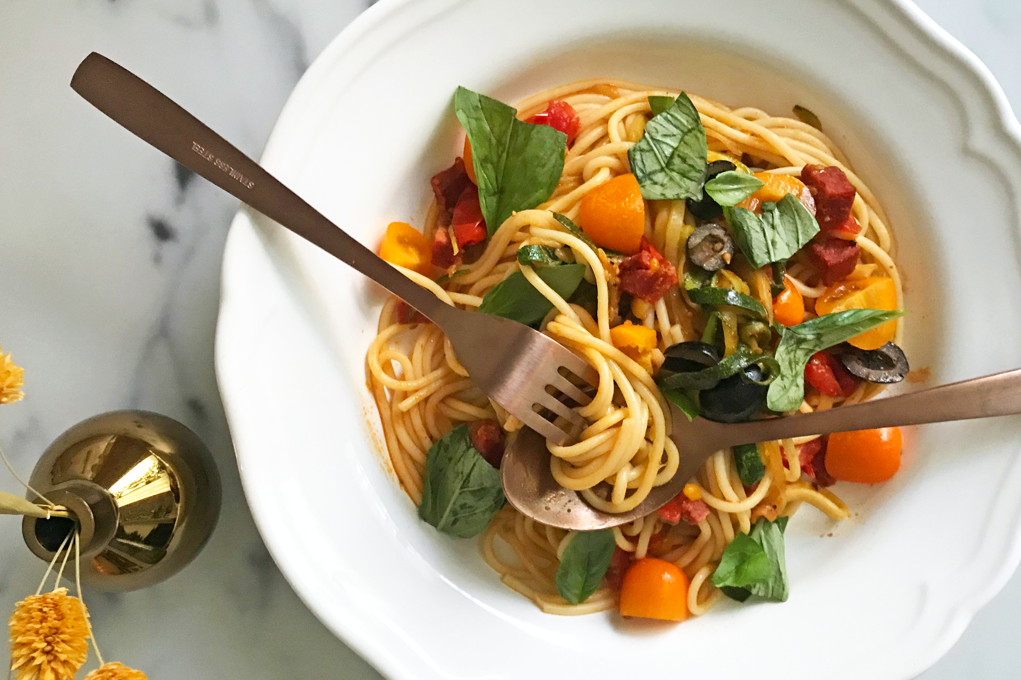 Sommerliche Spaghetti (c) therecipettes.com