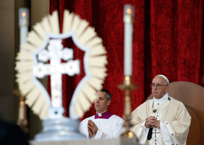 A reliquary containing relics of St. Junipero Serra is seen as Pope Francis celebrates his canonization and Mass outside the Basilica of the National Shrine of the Immaculate Conception in Washington Sept. 23. (CNS photo/Paul Haring)