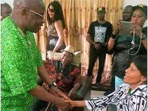 Ohakim greeting Kanu's family members , The Republican News