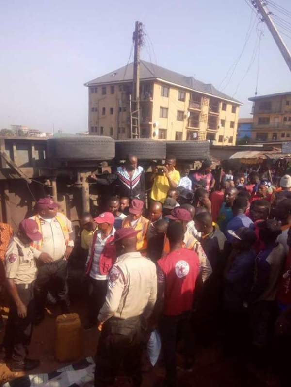 Photos: 40ft container crushes a child to death, injures one other along Owerri Road, Onitsha