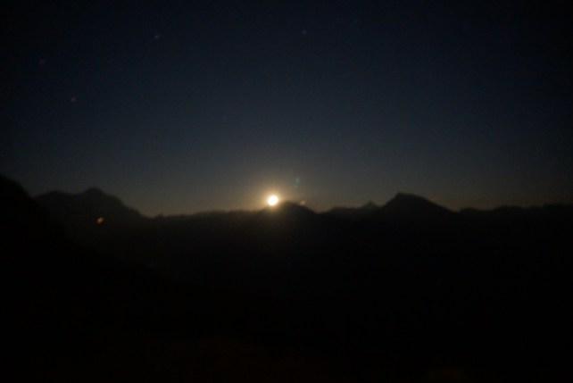 Der Mond geht auf. leider unscharf.