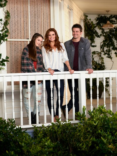 "KEVIN (PROBABLY) SAVES THE WORLD - ABC'S ""Kevin (Probably) Saves the World"" stars Chloe East and Reese Cabrera, JoAnna Garcia Swisher as Amy Cabrera and Jason Ritter as Kevin Finn. (ABC/Bob D'Amico)"