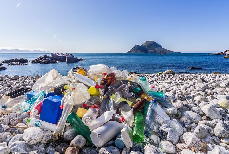 lixo plástico na praia