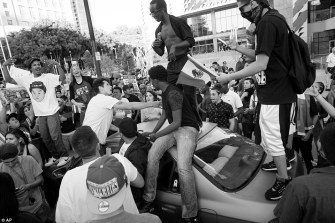 34dfd50600000578-3623170-protesters_climb_on_to_the_roof_of_a_car_outside_the_trump_campa-a-14_1464974562001