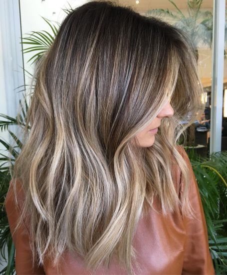 Dugačka smeđa kosa sa pepeljasto plavim pramenovima