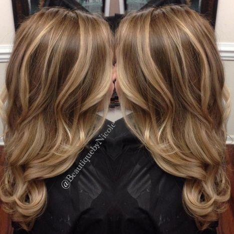 Svetlo smeđa kosa sa plavim pramenovima