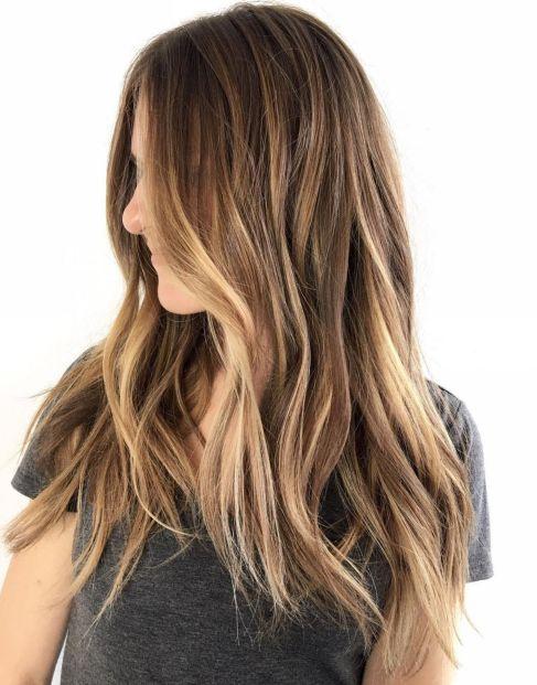 Plavi balajaž na dugačkoj smeđoj kosi