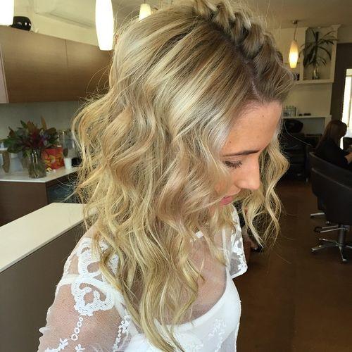 penteado ondulado com uma trança
